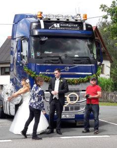 Trucker Hochzeitsgäste gratulieren